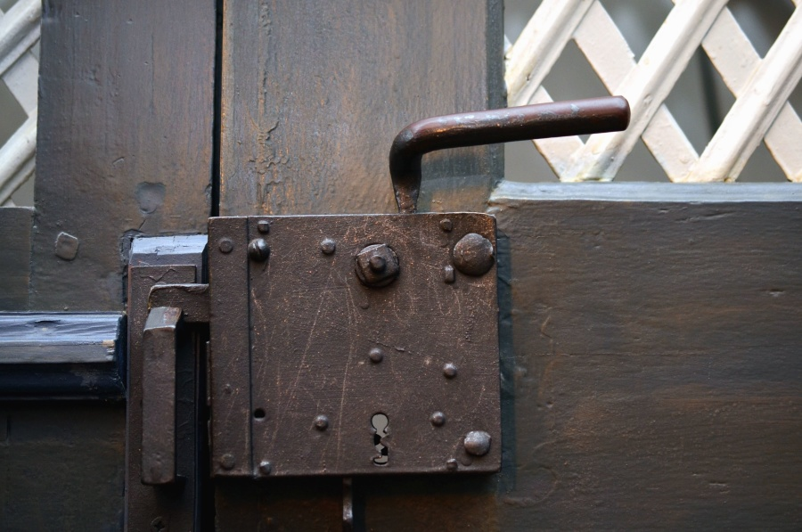 Porte d entr e qui ferme mal voici comment y rem dier for Porte qui ferme mal